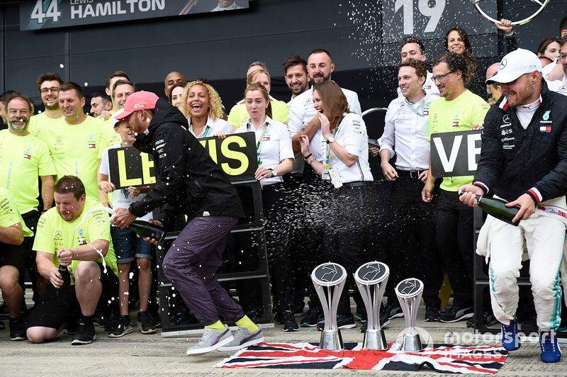 Lewis Hamilton, Mercedes AMG F1, prima posizione, Valtteri Bottas, Mercedes AMG F1, seconda posizione, e il team Mercedes festeggiano