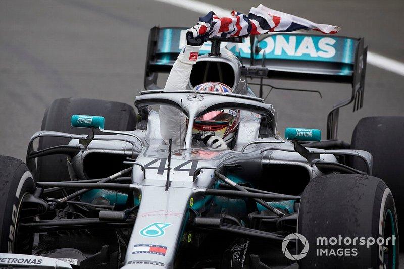 Lewis Hamilton, Mercedes AMG F1 W10, prima posizione, sventola la bandiera mentre si dirige al Parc Ferme