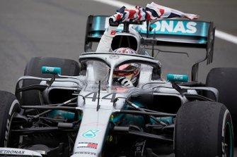 Lewis Hamilton, Mercedes AMG F1 W10, 1vainqueur, avec son drapeau national