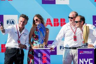 Alejandro Agag, CEO, Formula E sul podio con il trofeo dei presentatori