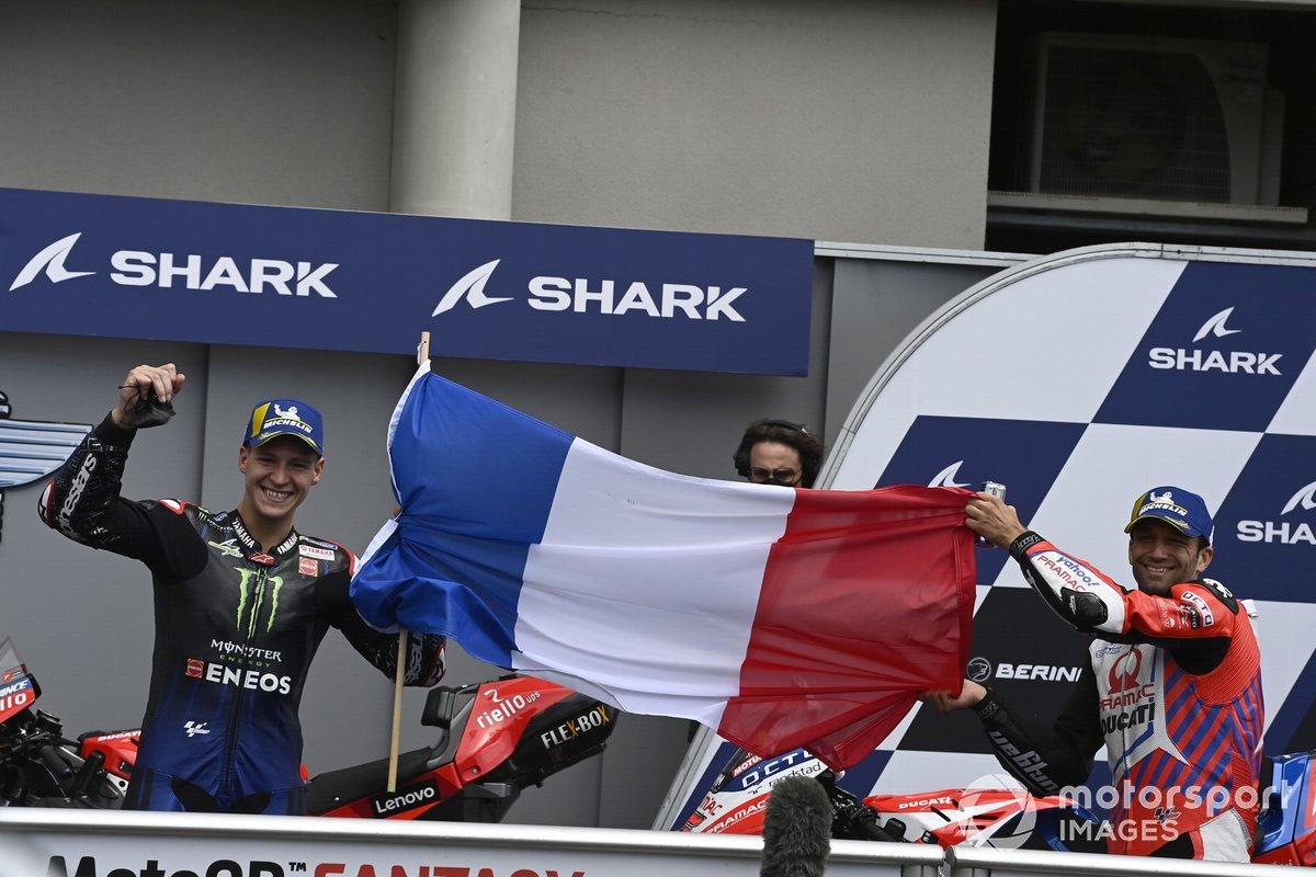 Los pilotos franceses segundo lugar Johann Zarco, Pramac Racing y el tercer lugar Fabio Quartararo, Yamaha Factory Racing posan con la bandera de Francia