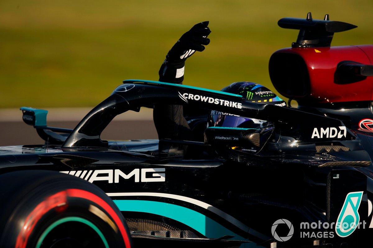 Ganador de la primera posición para la carrera Sprint Lewis Hamilton, Mercedes W12