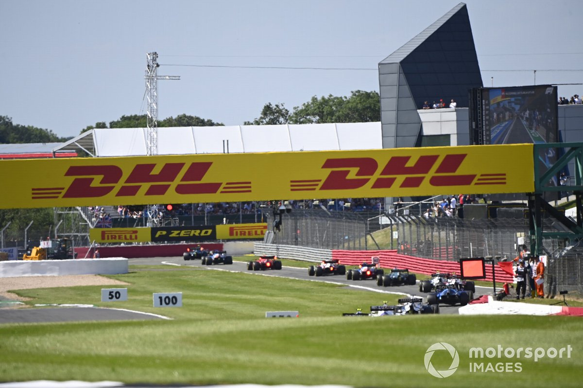 Sebastian Vettel, Aston Martin AMR21, Fernando Alonso, Alpine A521, Carlos Sainz Jr., Ferrari SF21, y el resto del los coches a través del pit lane