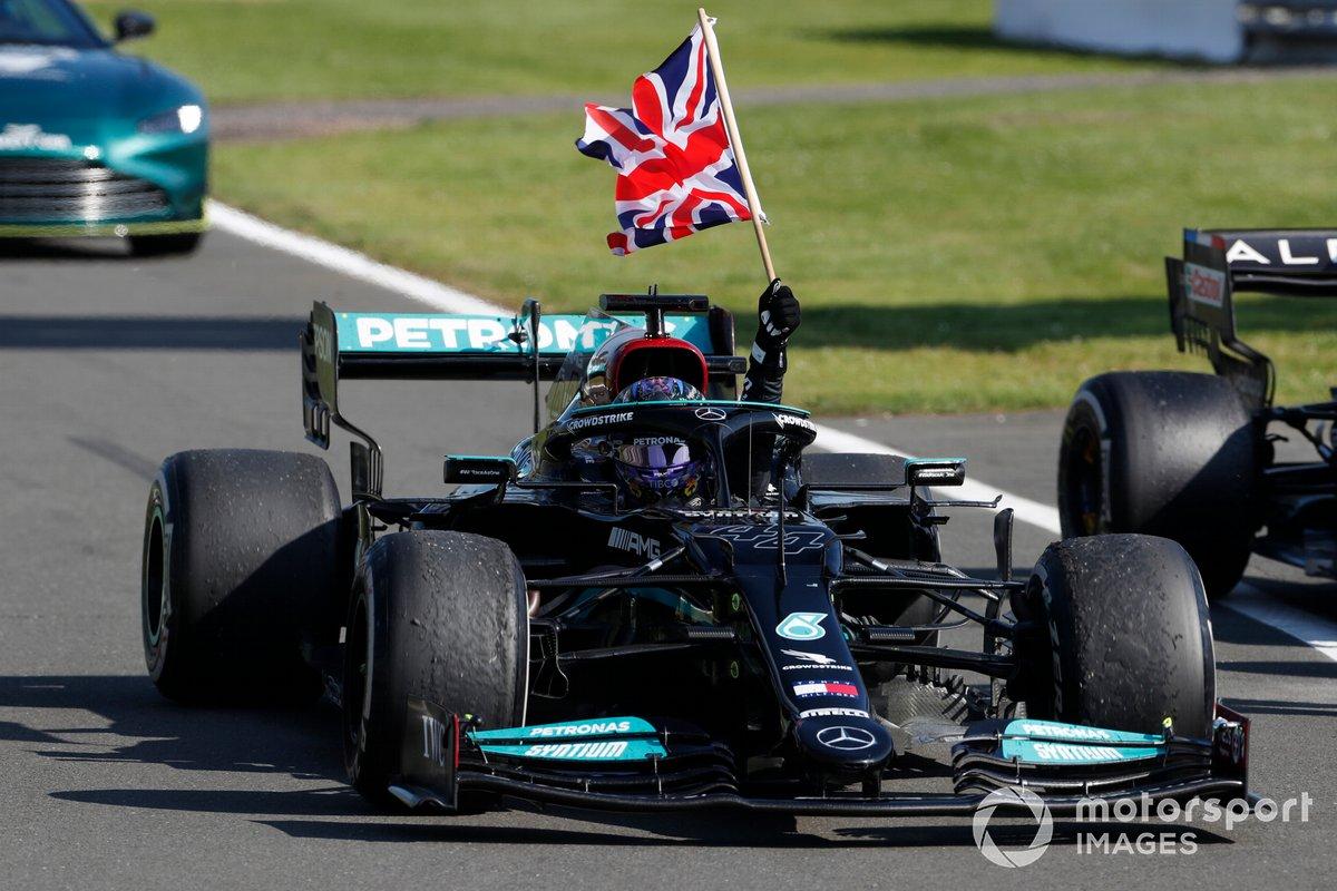 Lewis Hamilton, Mercedes W12, primo classificato, sventola la bandiera della Gran Bretagna dal cockpit mentre si dirige verso il Parc Ferme