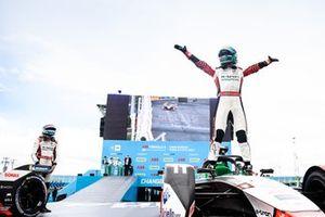 Lucas Di Grassi, Audi Sport ABT Schaeffler, vainqueur, célèbre sa performance en arrivant dans le parc fermé