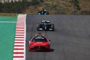 De safety car, Valtteri Bottas, Mercedes W12, en Lewis Hamilton, Mercedes W12