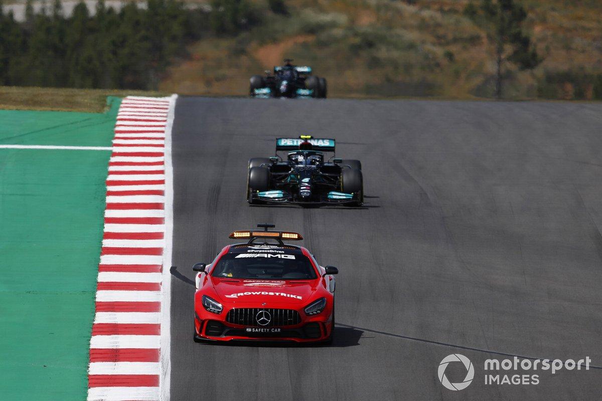 El Safety Car al frente de Valtteri Bottas, Mercedes W12, y Lewis Hamilton, Mercedes W12