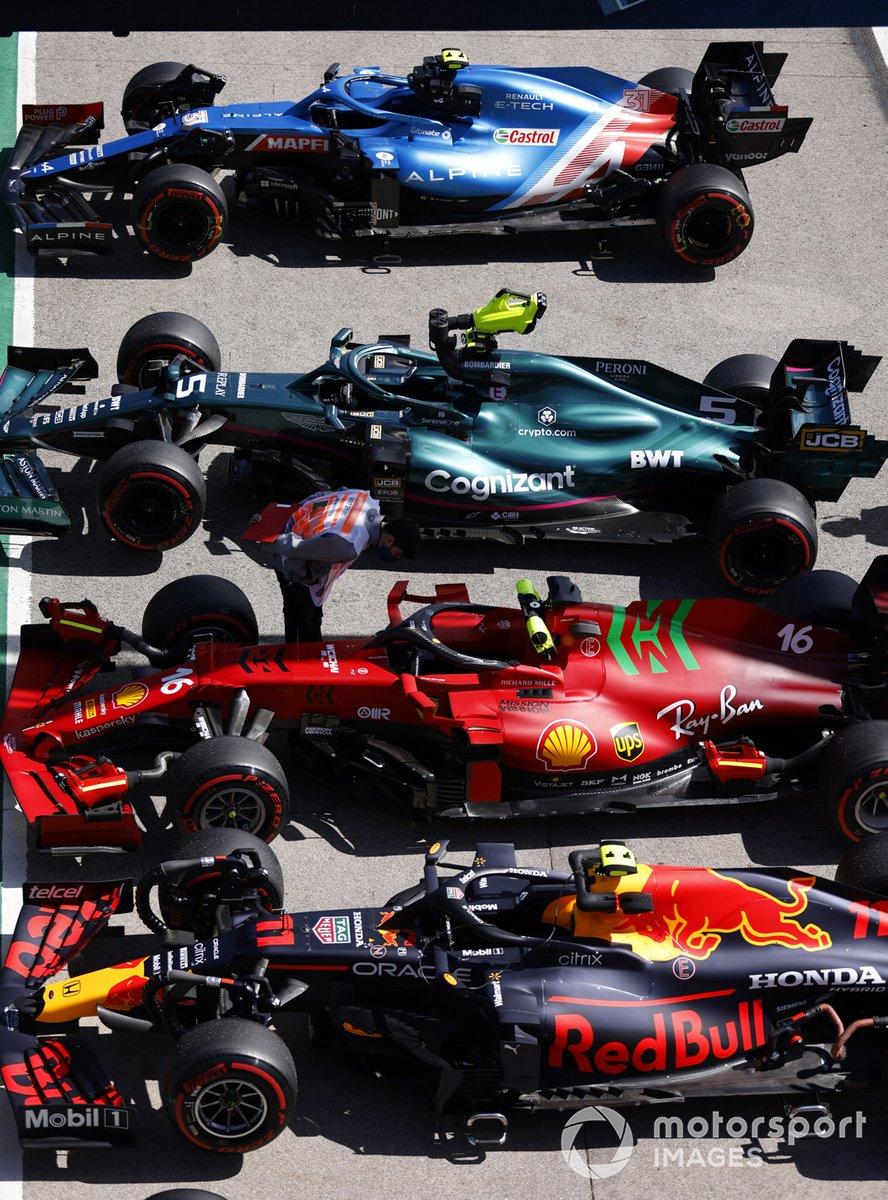 Los monoplazas de Sergio Pérez, Red Bull Racing RB16B, Charles Leclerc, Ferrari SF21, Sebastian Vettel, Aston Martin AMR21, Esteban Ocon, Alpine A521 en Parc Ferme después de la clasificación
