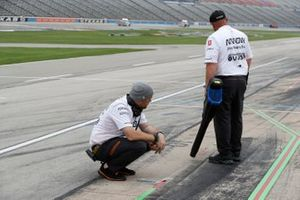Patricio O'Ward, Arrow McLaren SP Chevrolet crew, track drying
