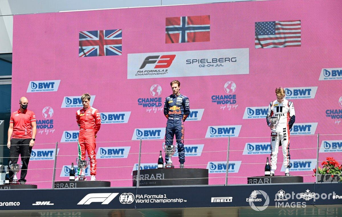 Ganador Dennis Hauger, Prema Racing, segundo lugar Olli Caldwell, Prema Racing, tercer lugar Logan Sargeant, Charouz Racing System