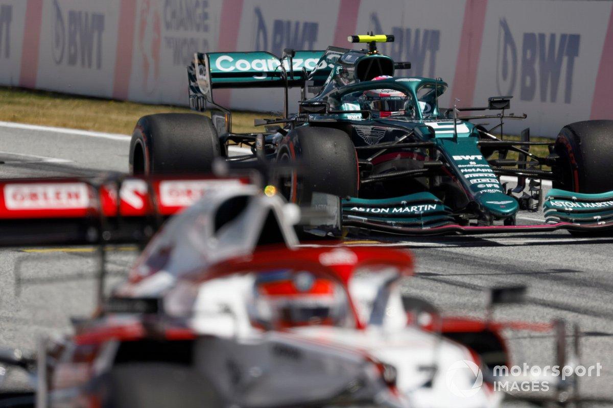 Kimi Raikkonen, Alfa Romeo Racing C41, Sebastian Vettel, Aston Martin AMR21, practican una salida de carrera al final de la FP3