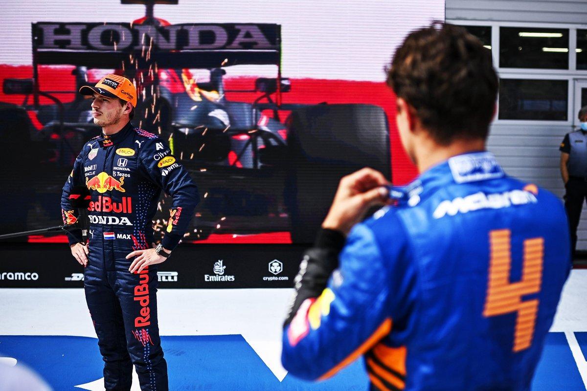 Ganador de la pole Max Verstappen, Red Bull Racing, y el segundo puesto Lando Norris, McLaren en Parc Ferme