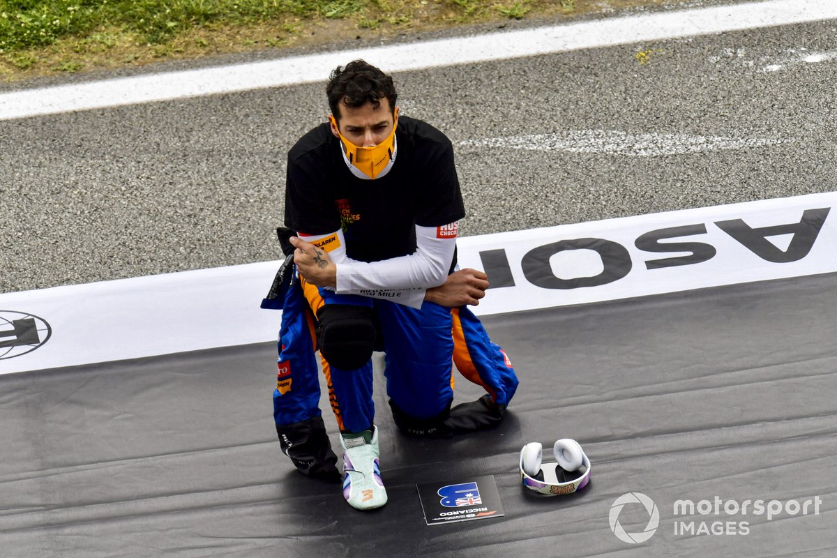 Daniel Ricciardo, McLaren, se arrodilla en la parrilla