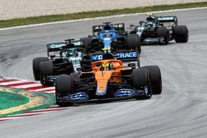 Lando Norris, McLaren MCL35M, Lance Stroll, Aston Martin AMR21, Fernando Alonso, Alpine A521, e Sebastian Vettel, Aston Martin AMR21