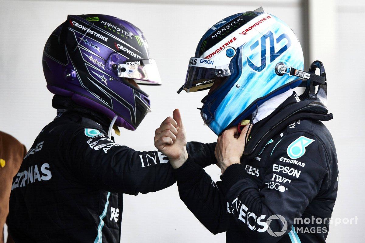 Lewis Hamilton, Mercedes, primera posición, y Valtteri Bottas, Mercedes, tercera posición, se felicitan el uno al otro en el Parque Cerrado