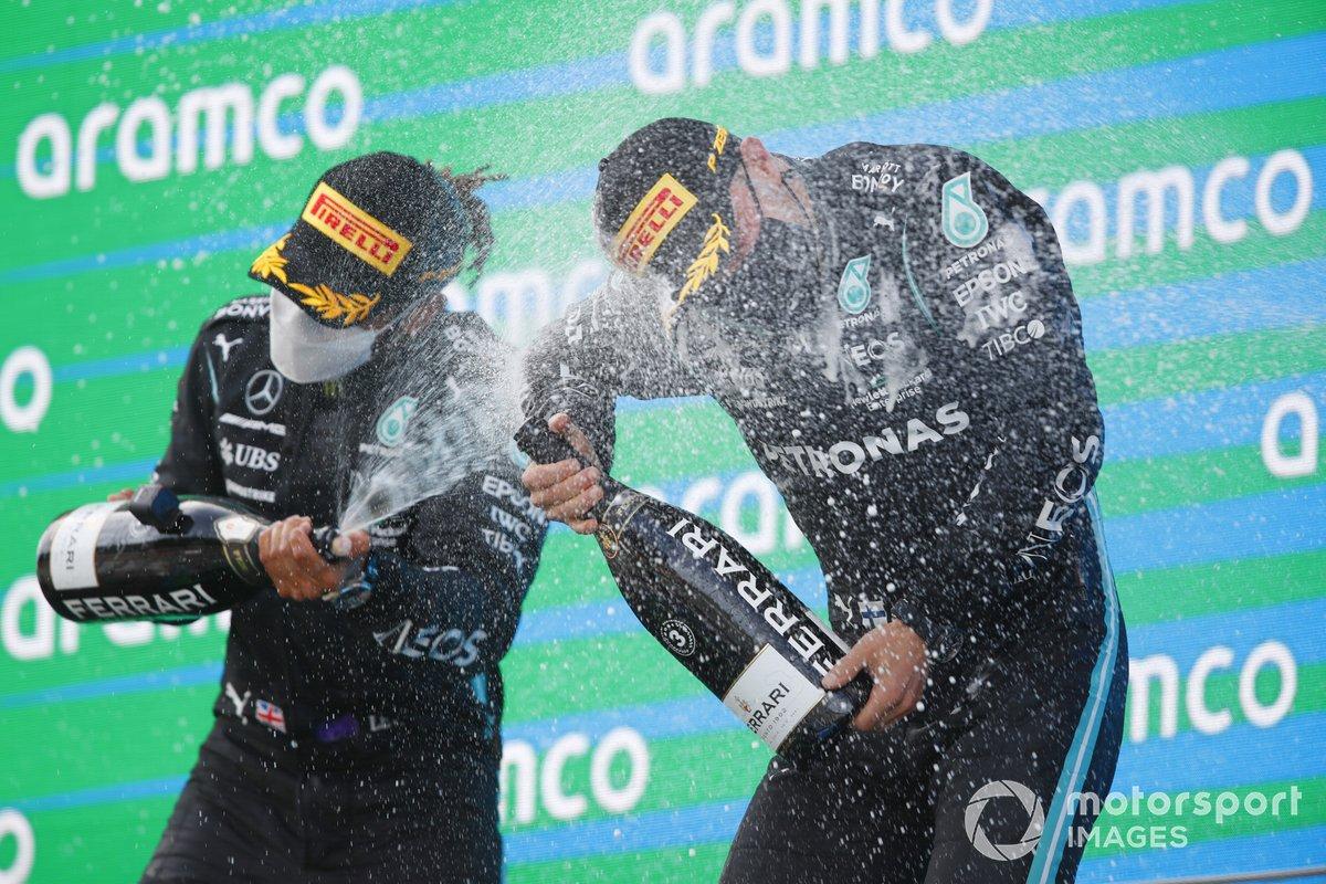 Il vincitore della gara Lewis Hamilton, Mercedes e Valtteri Bottas, Mercedes festeggiano sul podio con lo champagne