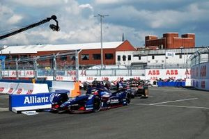 Nick Cassidy, Envision Virgin Racing, Audi e-tron FE07, Jean-Eric Vergne, DS Techeetah, DS E-Tense FE21 Sebastien Buemi, Nissan e.Dams, Nissan IMO2, the rest of the field on the opening lap