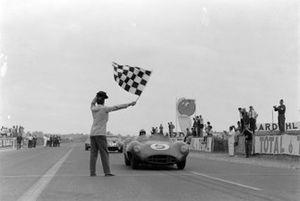 Carroll Shelby, Roy Salvadori, David Brown Racing, Aston Martin DBR1/300, franchissent le drapeau à damier
