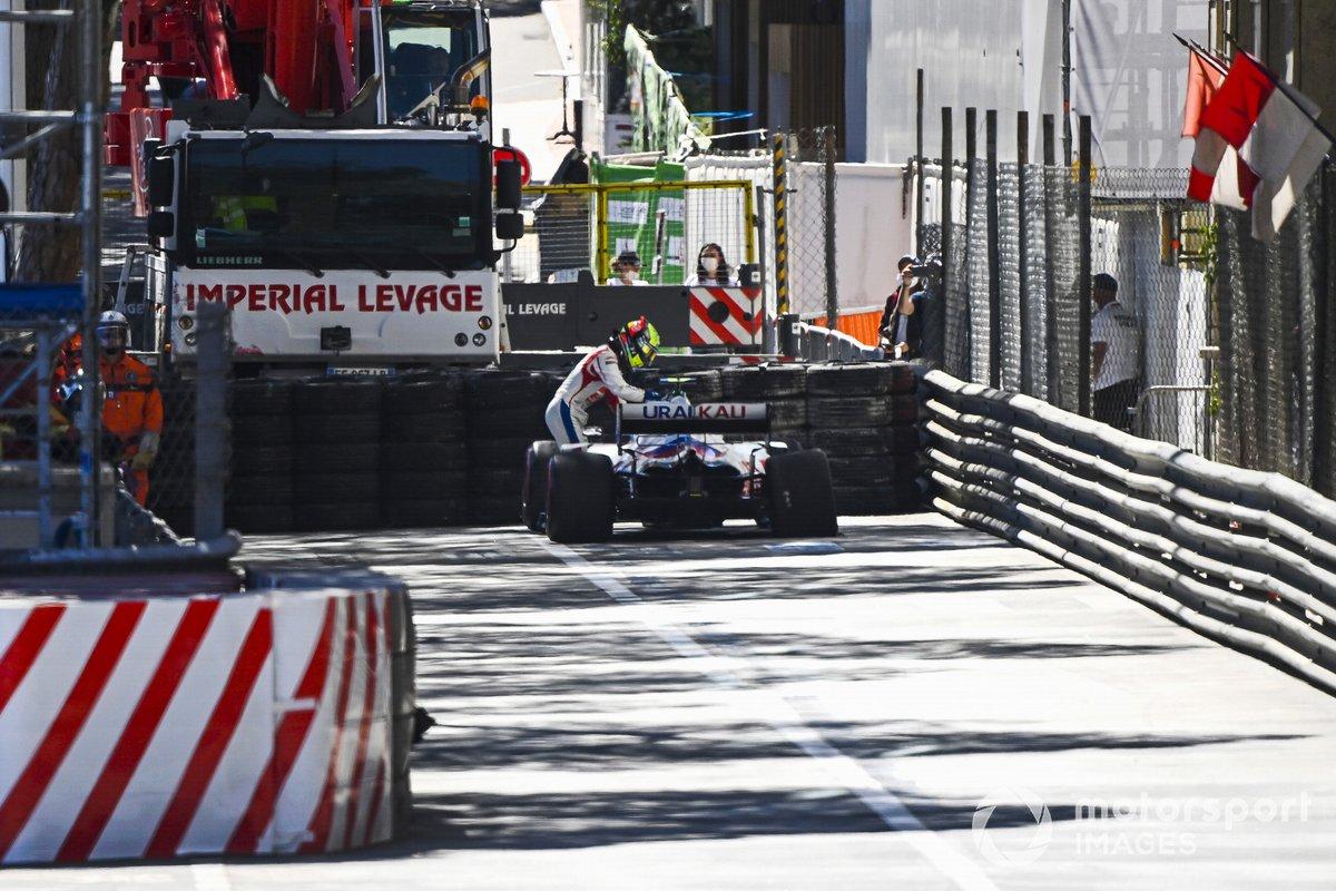 Mick Schumacher, Haas VF-21, sale de su monoplaza después de aparcar con daños en la parte trasera
