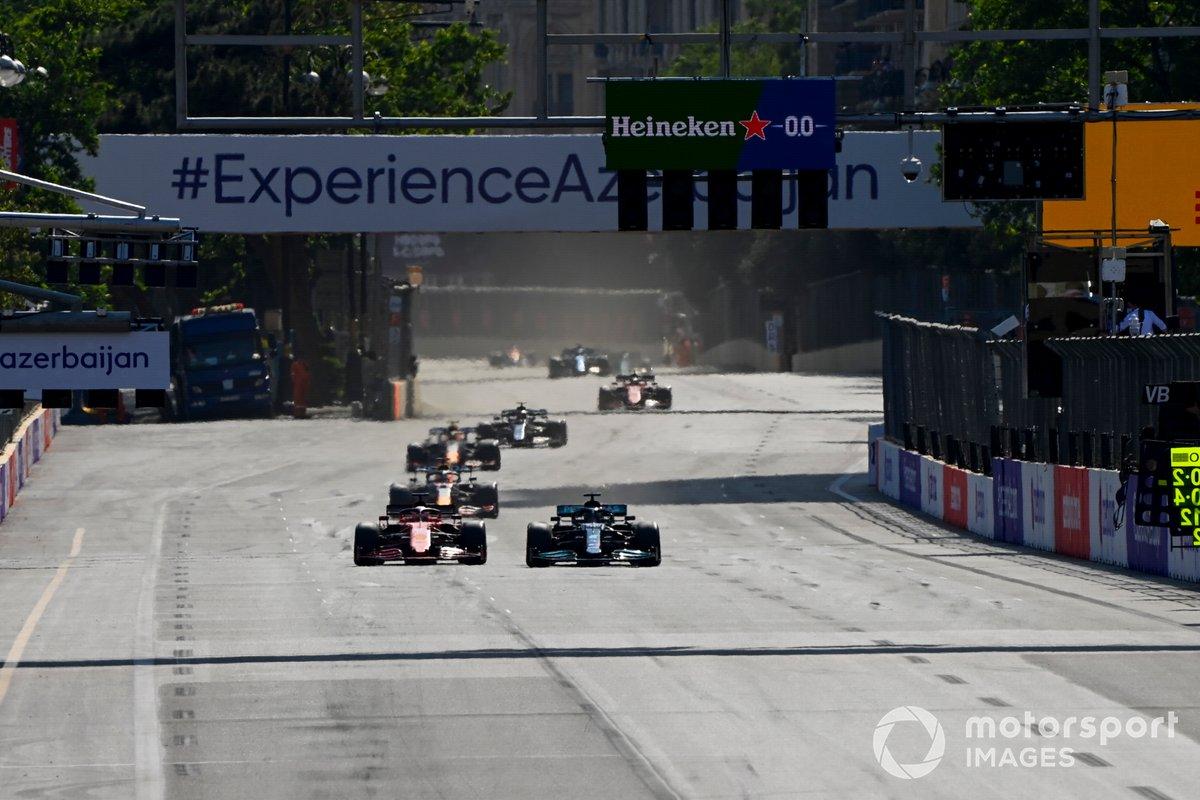 Lewis Hamilton, Mercedes W12, pasa a Charles Leclerc, Ferrari SF21