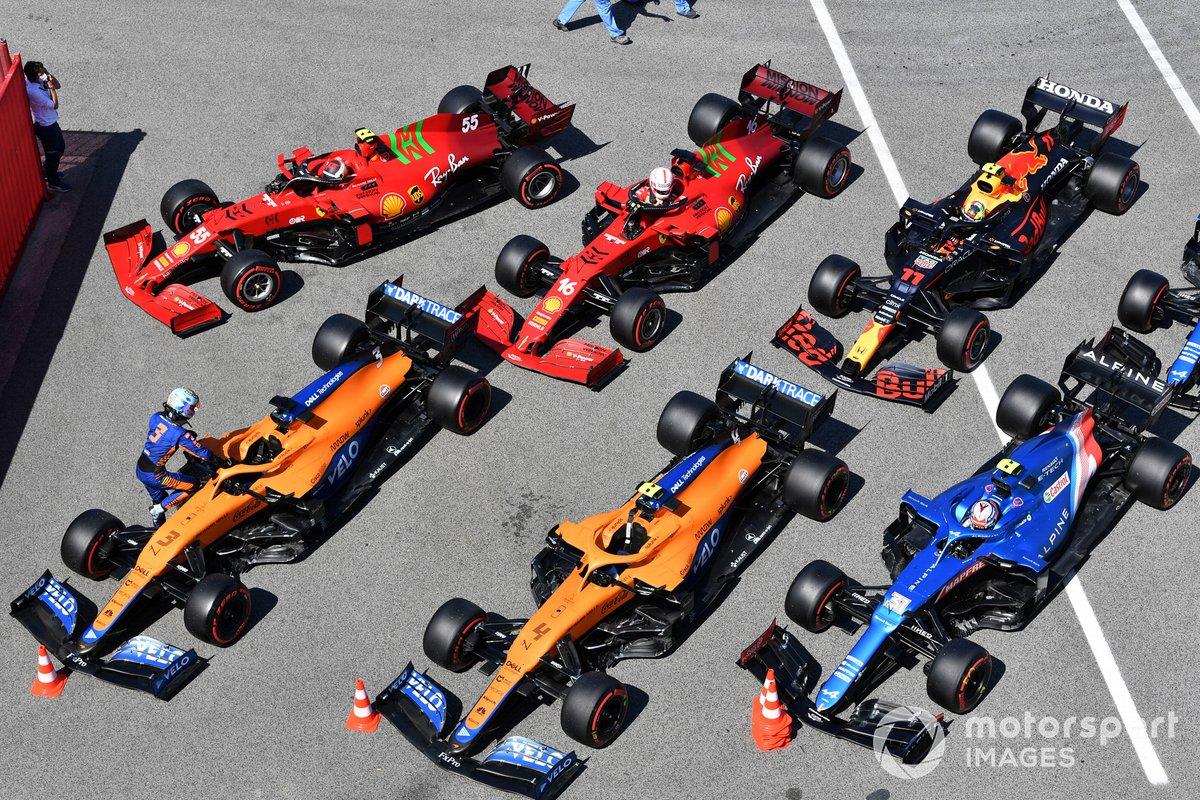 Los monoplaza alineados de Daniel Ricciardo, McLaren MCL35M, Lando Norris, McLaren MCL35M, Esteban Ocon, Alpine A521, Carlos Sainz Jr., Ferrari SF21, Charles Leclerc, Ferrari SF21, Sergio Perez, Red Bull Racing RB16B, Fernando Alonso, Alpine A521, en Parc Ferme