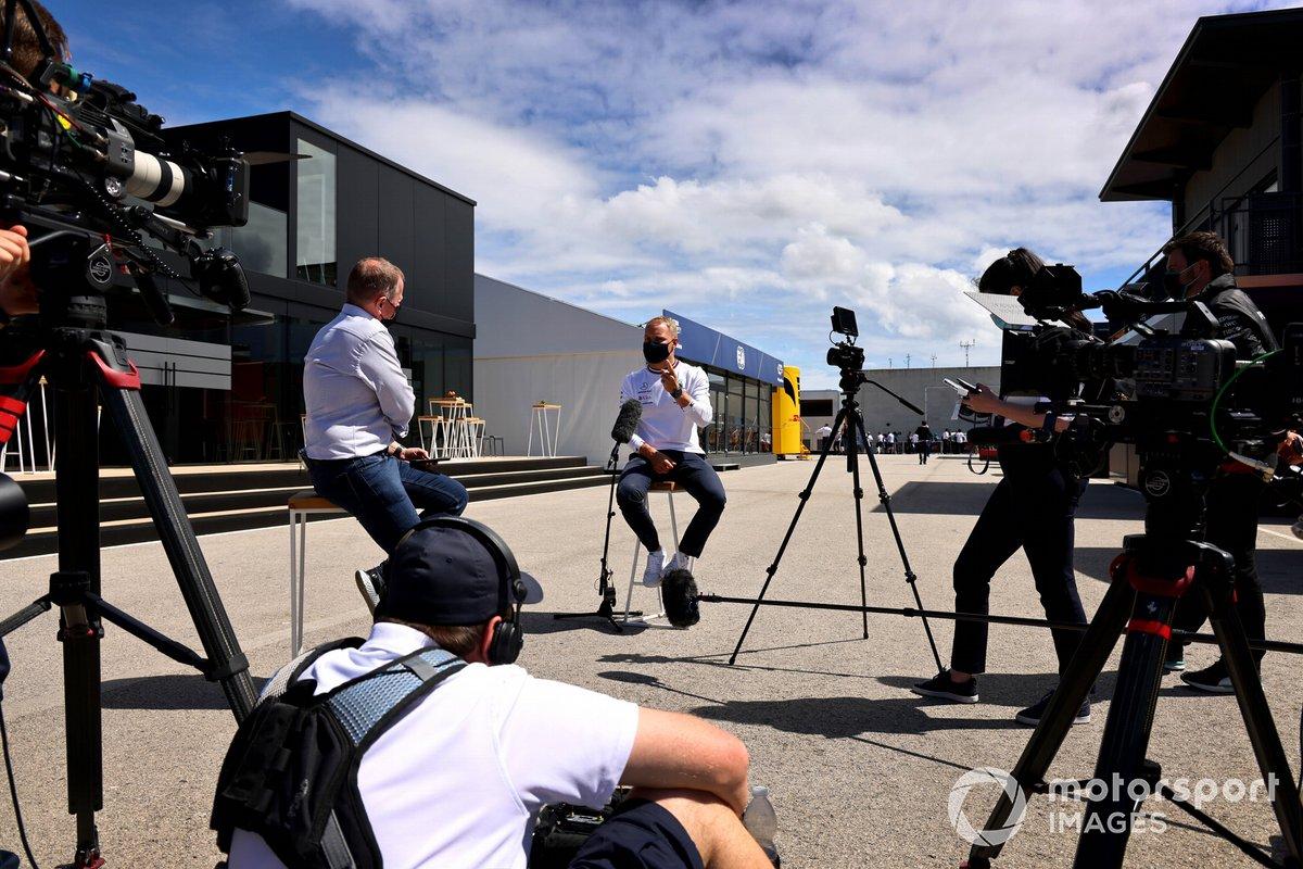 Valtteri Bottas, Mercedes, habla con los medios