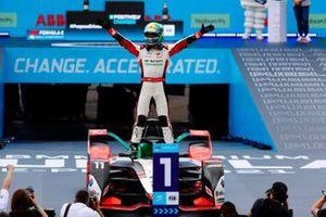 Lucas Di Grassi, Audi Sport ABT Schaeffler, primo classificato, festeggia la vittoria