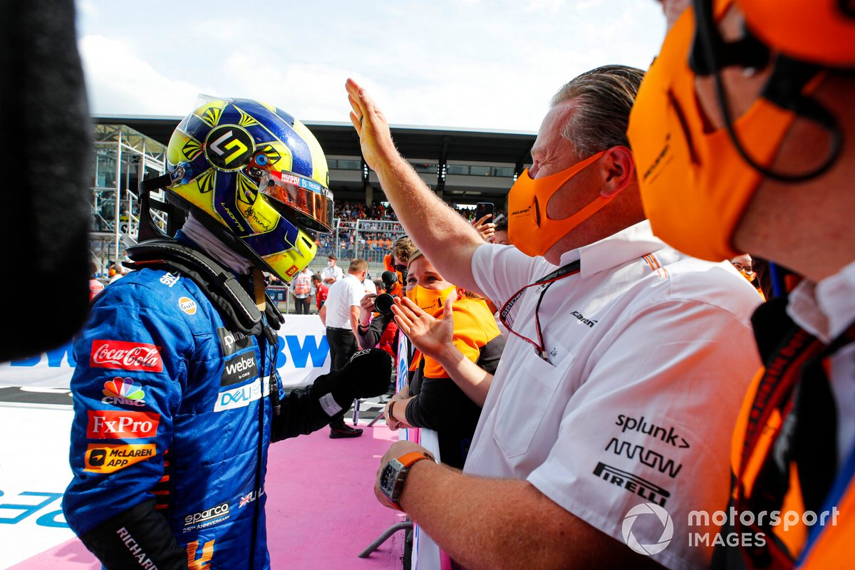 Tercer lugar Lando Norris, McLaren, celebra con Zak Brown, CEO, McLaren Racing