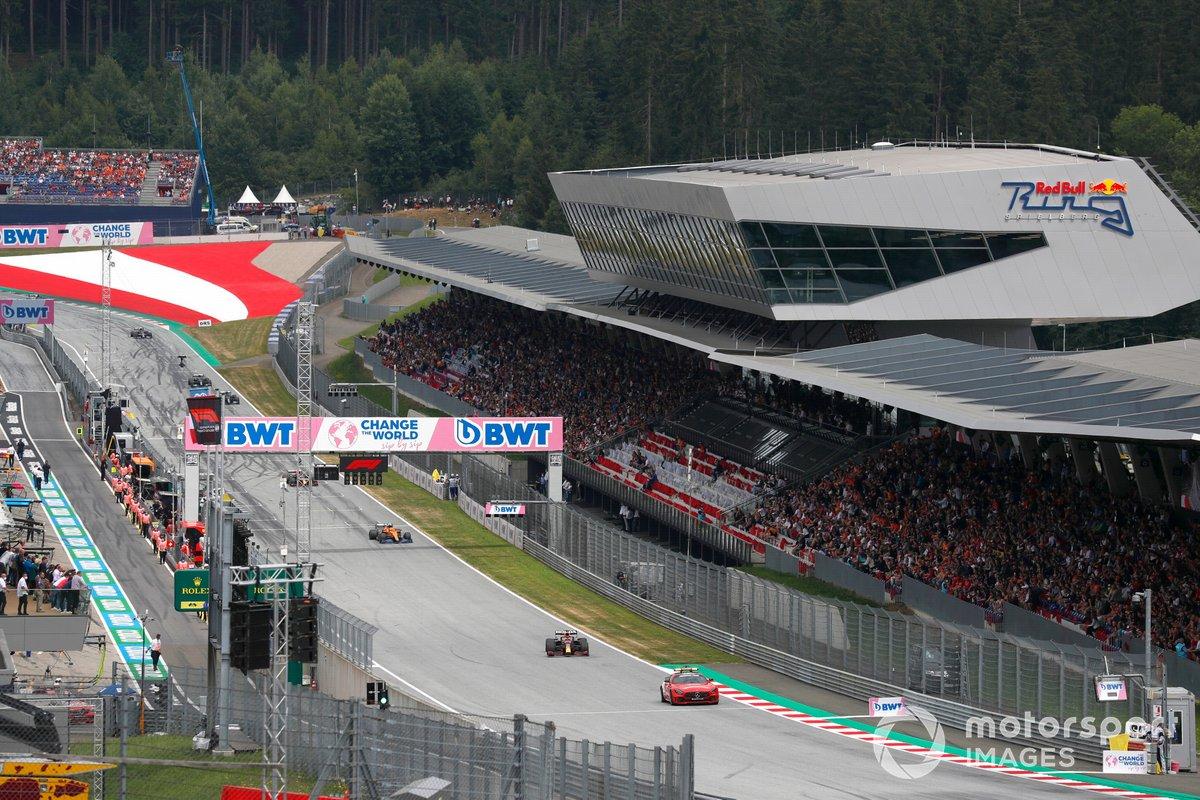 El Safety Car Max Verstappen, Red Bull Racing RB16B, Lando Norris, McLaren MCL35M