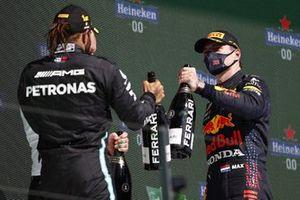 Lewis Hamilton, Mercedes, 1e plaats, en Max Verstappen, Red Bull Racing, 2e plaats, op het podium