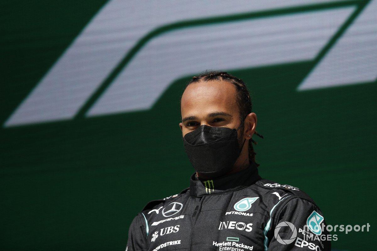 Lewis Hamilton, Mercedes, primo classificato, sul podio