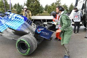 El Williams FW43B de George Russell es recuperado tras su salida de pista