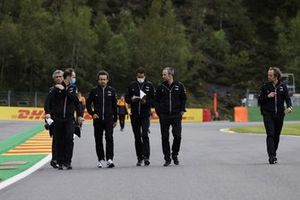 Fernando Alonso, Alpine F1, walks the track with members of his team