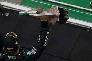 Valtteri Bottas, Mercedes, 1a posizione, solleva il suo trofeo