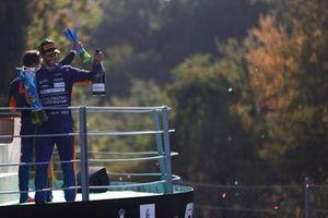 Daniel Ricciardo, McLaren, 1e positie, met zijn trofee en Champagne op het podium