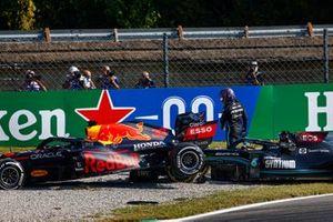 Lewis Hamilton, Mercedes W12, esce dalla sua auto dopo l'incidente con Max Verstappen, Red Bull Racing RB16B