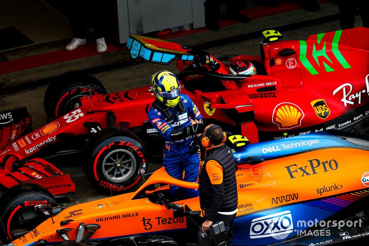 Ganador de la pole, Lando Norris, de McLaren, celebra con un compañero de equipo en el Parc Ferme