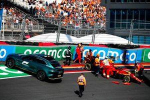 Aston Martin DBX Medical car picks up Carlos Sainz Jr., Ferrari SF21 after crashing
