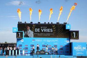 Championship podium: Susie Wolff, Team Principal, Venturi Racing, Ian James, Team Principal, Mercedes-Benz EQ, Champion Nyck de Vries, Mercedes-Benz EQ, Jake Dennis, BMW i Andretti Motorsport