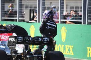 L'uomo della pole Lewis Hamilton, Mercedes, sulla griglia