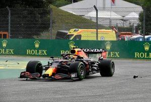 Sergio Perez, Red Bull Racing RB16B, è coinvolto in una collisione alla partenza