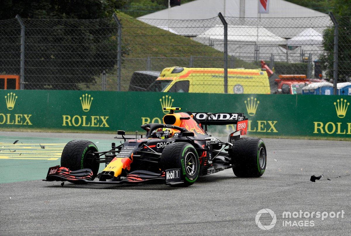 Sergio Pérez, Red Bull Racing RB16B, se ve envuelto en una colisión en la salida