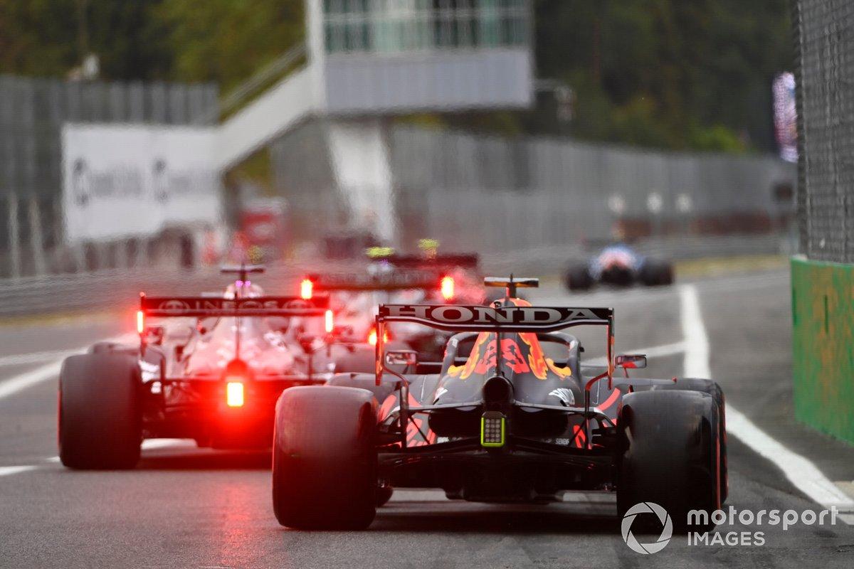 Max Verstappen, Red Bull Racing RB16B, lascia i box