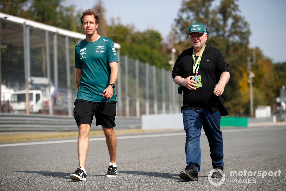 Sebastian Vettel (Aston Martin AMR21) durante el track-walk