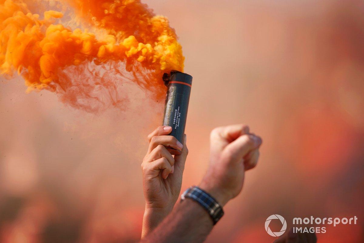 I tifosi celebrano la pole position di Max Verstappen, Red Bull Racing, con razzi fumogeni arancioni