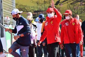 Pierre Gasly, AlphaTauri AT02 Charles Leclerc, Ferrari SF21 Carlos Sainz Jr., Ferrari SF21 Rijdersparade