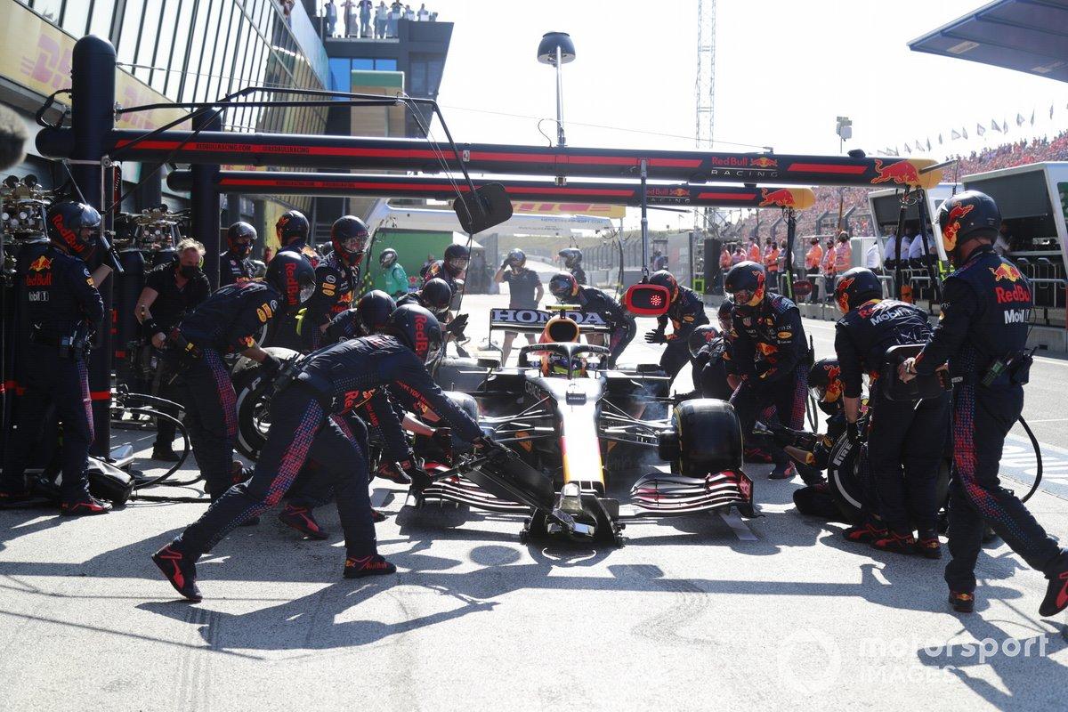 Sergio Pérez, Red Bull Racing RB16B, en pits