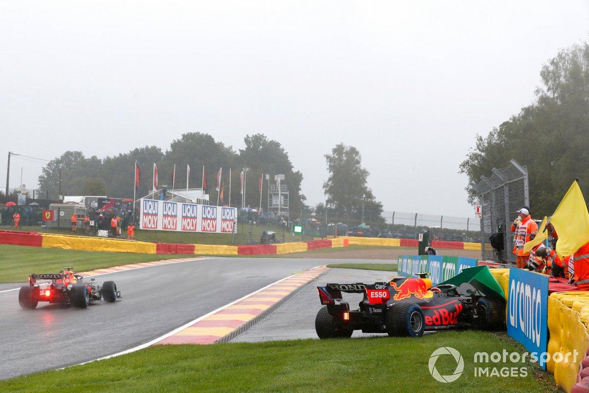 Max Verstappen, Red Bull Racing RB16B, pasa a Sergio Pérez, Red Bull Racing RB16B, quien pierde su coche y choca contra la barrera de camino a la parrilla