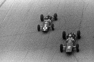John Surtees, Ferrari 158, lucha con Jim Clark, Lotus 25 Climax