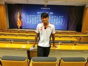 Mario Suryo Aji, Astra Honda Racing Team, saat menyambangi markas FC Barcelona